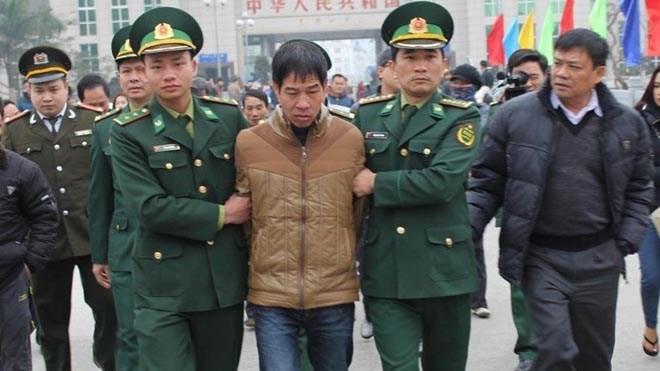 Dẫn giải Trương Văn Hà từ Trung Quốc về Việt Nam. Ảnh: NLĐ.