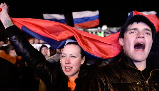 Người Crimea hát quốc ca Nga sau cuộc trưng cầu dân ý