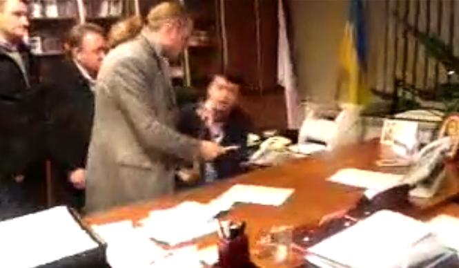 Ông Aleksandr Panteleymonov (ngoài cùng bên phải), Giám đốc Điều hành NTU bị nhóm người xông vào đánh đập, ép viết đơn từ chức