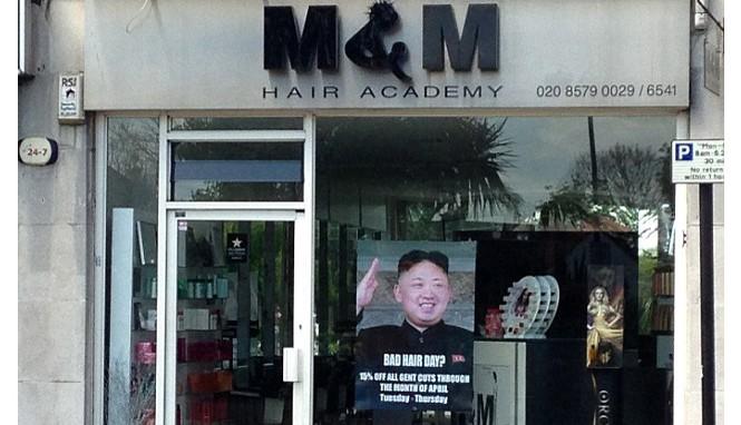 Tấm poster khuyến mại in hình lãnh đạo Triều Tiên Kim Jong Un treo trước cửa hàng tạo mẫu tóc M&M