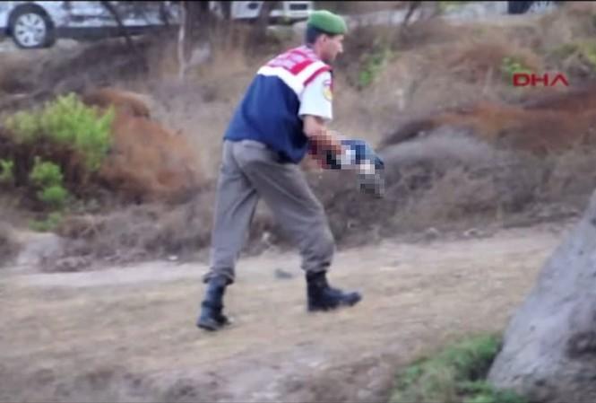 Hình ảnh nhân viên cứu hộ bế thi thể bé trai tị nạn ở Thô Nhĩ Kỳ gây chấn động