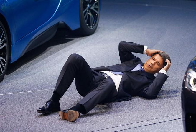 Ông Haral Kruger, CEO của BMW ngất khi đang phát biểu