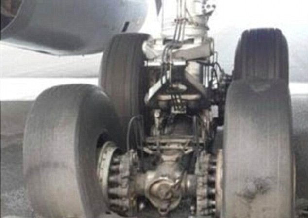 Lốp máy bay bị nổ khi hạ cánh