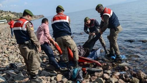 Thi thể một người di cư trôi dạt vào bờ biển. Ảnh: AFP