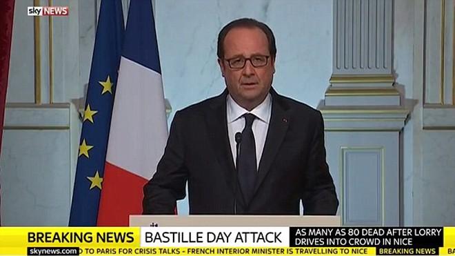 Tổng thống Pháp Francois Hollande trong cuộc họp báo sau vụ khủng bố Nice