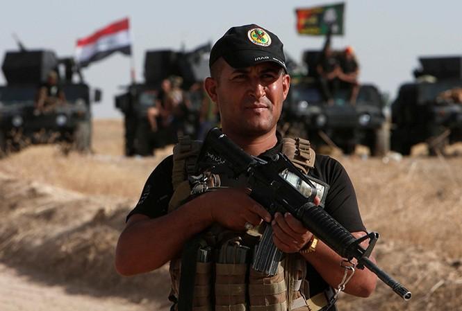 Một binh sỹ của quân đội Iraq sẵn sàng đợi lệnh tấn công Mosul