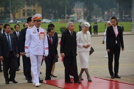 Nhật Hoàng và Hoàng hậu đến viếng Lăng Chủ tịch Hồ Chí Minh sáng 1/3.