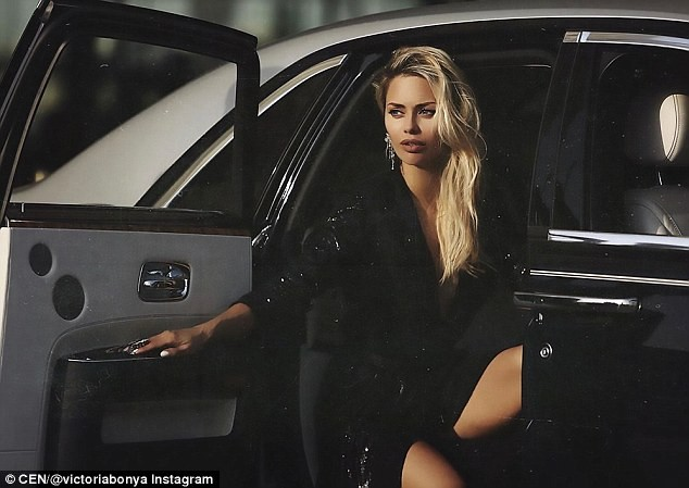 Cô Victoria Bonya bị giữ lại ở sân bay Los Angeles vì cảnh sát Mỹ nghi cô làm gián điệp.