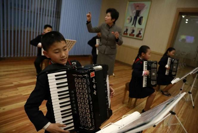 Em bé chơi nhạc tại Cung Thiếu nhi Mangyondae ở Bình Nhưỡng.