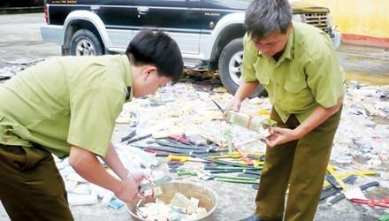 Lực lượng Quản lý thị trường thu giữ và tiêu hủy một vụ buôn bán hàng lậu tại Hà Nội