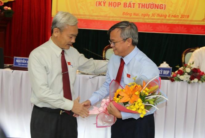 Bí thư Tỉnh ủy Đồng Nai tặng hoa chúc mừng Tân Chủ tịch UBND tỉnh Đồng Nai cao Tiến Dũng (bên phải)