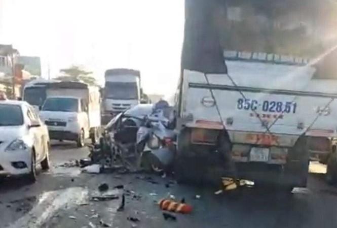 Taxi nát bét sau khi bị cuốn vào gầm xe tải