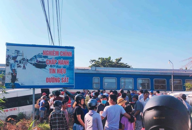 Ô tô băng qua đường sắt bị tàu hỏa húc văng, 4 người trọng thương