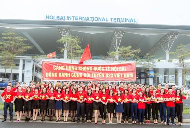 Nhân viên Cảng Hàng không Nội Bài mặc đồng phục cổ động U23 Việt Nam