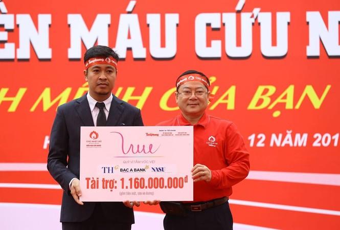 Đại diện Quỹ Vì Tầm Vóc Việt trao biển tài trợ cho Tổng Biên tập Báo Tiền Phong Lê Xuân Sơn - Trưởng Ban Tổ chức Chủ nhật đỏ