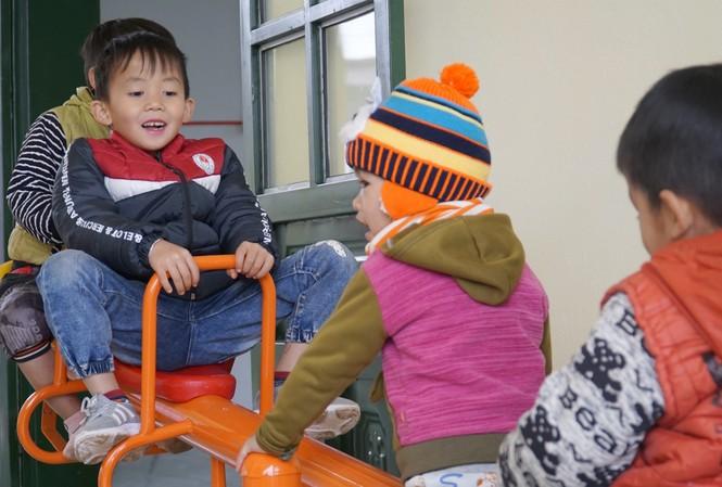Trẻ nhỏ vui mừng khi có lớp học và trò chơi mới