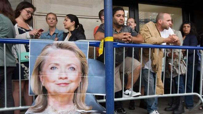 Người Mỹ xếp hàng dài trong lễ ra mắt sách của Hillary Clinton