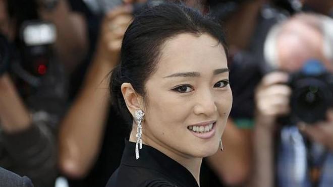Năm 1987, Củng Lợi được đạo diễn Trương Nghệ Mưu chọn diễn vai chính trong bộ phim mà ông làm đạo diễn lần đầu tiên, khi đó cô còn là sinh viên.
