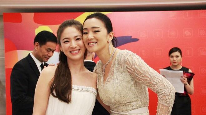 Song Hye Kyo, Củng Lợi, Ôn Bích Hà lộng lẫy trên thảm đỏ