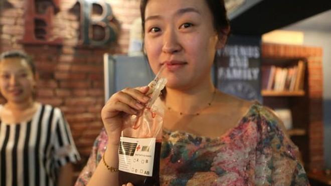 Quán cafe dùng túi đựng máu thay cốc