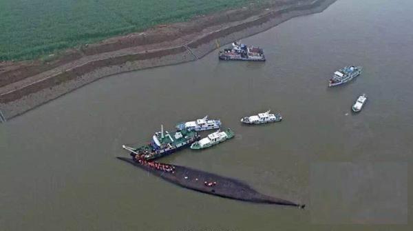 Các lực lượng cứu hộ tiếp cận hiện trường chiếc tàu gặp nạn. Ảnh: Xinhua