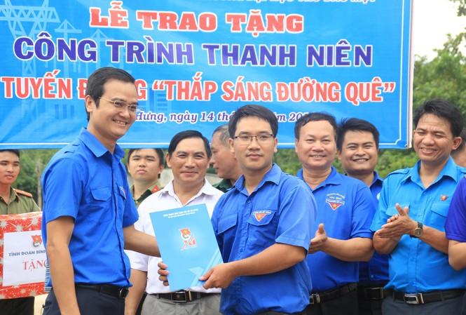Bí thư T.Ư Đoàn thăm, tặng quà chiến sỹ Mùa hè xanh tại Bình Phước