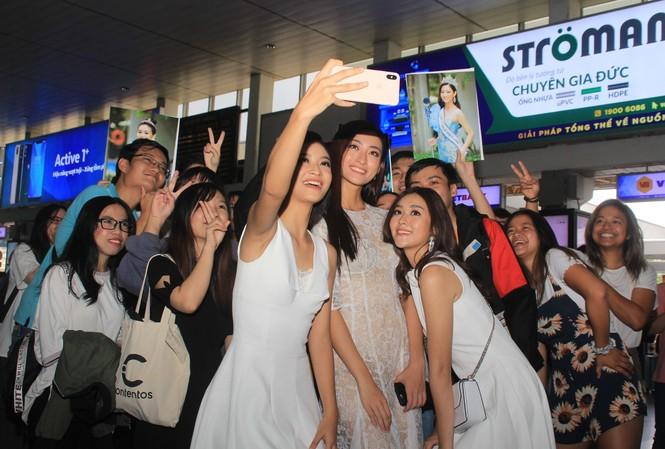 Fan vây kín Top 3 Miss World Việt Nam ở sân bay Tân Sơn Nhất