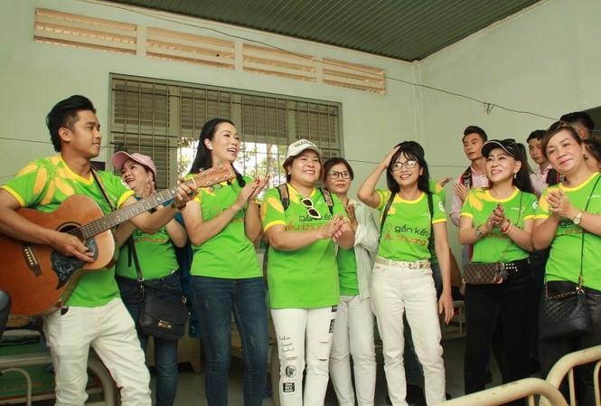 Hoa hậu Hà Kiều Anh, NSND Kim Xuân cùng các nghệ sĩ chăm lo các cụ già neo đơn