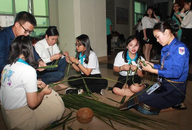 Đại biểu Tàu Thanh niên Đông Nam Á-Nhật Bản học kết lá dừa, tìm hiểu nón lá Việt