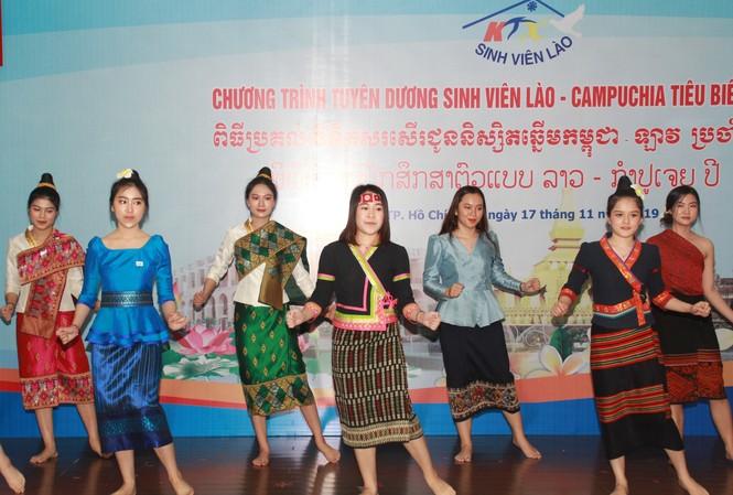 Khen thưởng 86 sinh viên Lào, Campuchia nỗ lực học tập, tích cực tham gia hoạt động phong trào