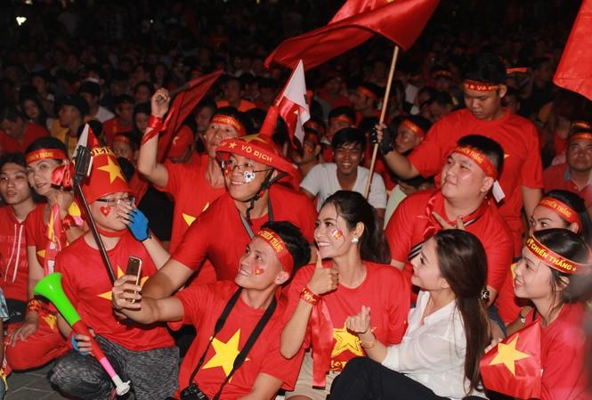 Việt Nam đấu Thái Lan, vạn người nhuộm đỏ phố Nguyễn Huệ