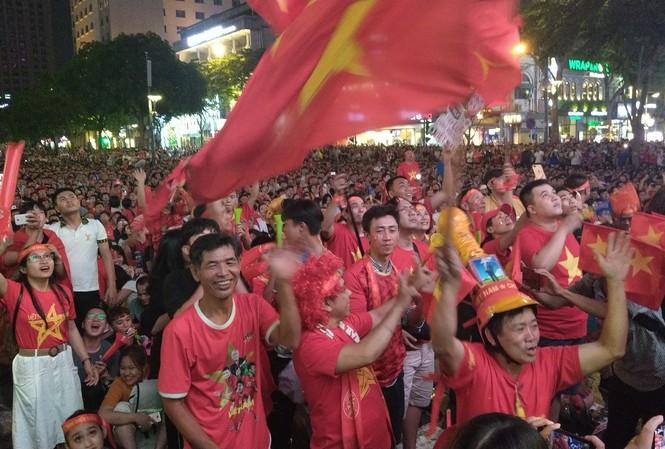 Biển người tiếp lửa U22 Việt Nam trận đại thắng U22 Campuchia