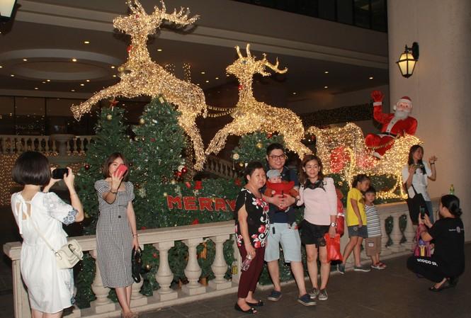 Lung linh ấm áp những cung đường góc phố Sài Gòn trước thềm Giáng sinh