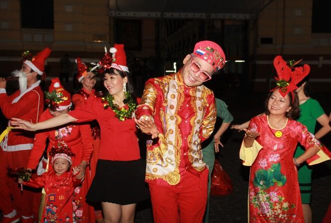 MC Thanh Bạch nhảy múa Giáng sinh tưng bừng, gây 'náo loạn' đường phố