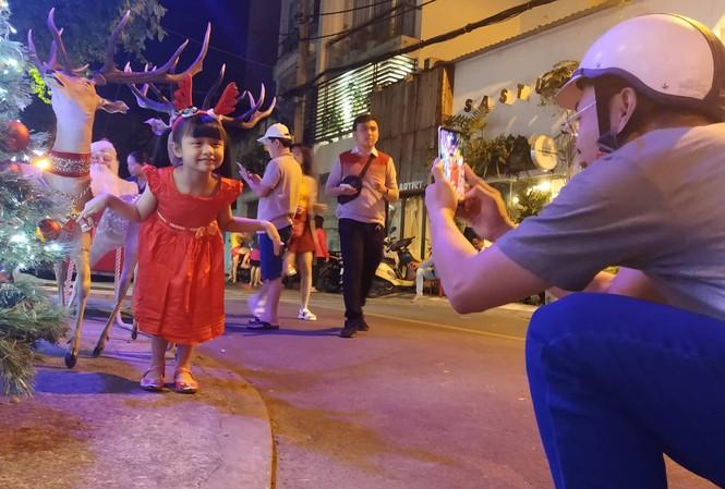 Bố mẹ đưa con đến check-in ở biệt thự lộng lẫy của Đàm Vĩnh Hưng đêm Noel