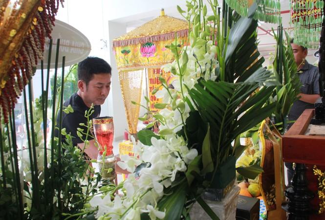 Hồng Tơ, Tấn Beo cùng nhiều đồng nghiệp, bạn hữu đến viếng cố NSƯT Chánh Tín