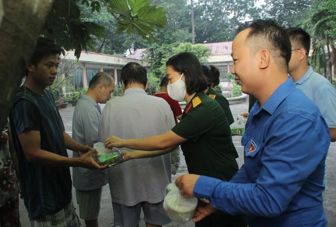 Đoàn viên, thanh niên mang phần ăn sáng đến người bệnh