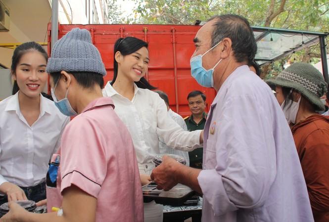 Chuyến thiện nguyện đầu tiên của Top 3 HHVN 2020 đến với các bệnh nhân, thương bệnh binh
