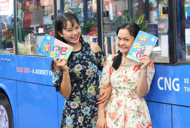 Hai nữ nhà báo trẻ ra mắt sách gia đình nhân dịp 21/6