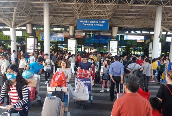 Người dân xếp hàng gần nửa giờ đồng hồ đón taxi ở sân bay Tân Sơn Nhất