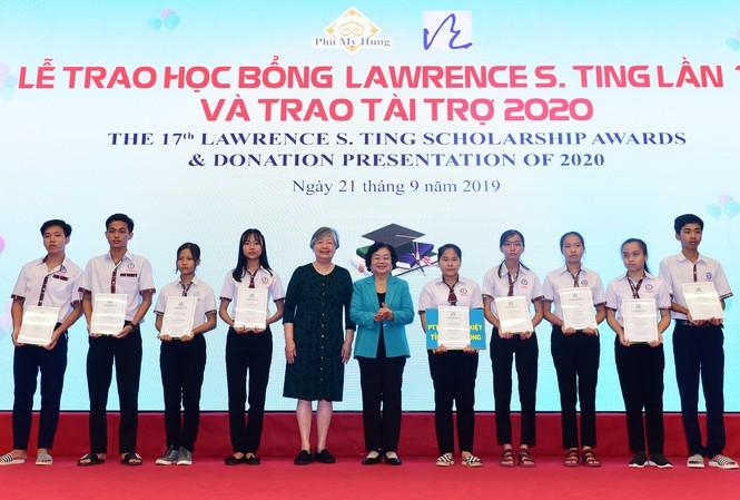 Nguyên Phó Chủ tịch nước Trương Mỹ Hoa và bà Ting Fei Tsong Ching- Chủ tịch Ủy ban điều hành Quỹ Lawrence S. Ting, trao học bổng cho các em học sinh