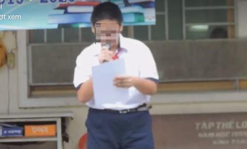 Hình ảnh nam sinh M.Q đọc bản kiểm điểm trước trường lan truyền trên mạng xã hội