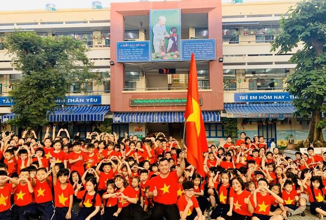 Thầy trò Trường Tiểu học Nguyễn Thị Minh Khai, quận Gò Vấp, TPHCM cùng mặc áo cờ đỏ sao vàng cổ vũ U22 Việt Nam