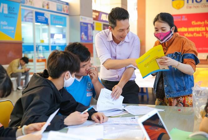 Thí sinh được hướng dẫn chọn ngành và làm hồ sơ xét tuyển tại một trường đại học