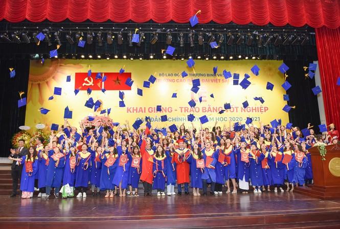Gần 1.000 sinh viên vui mừng trong ngày lễ tốt nghiệp