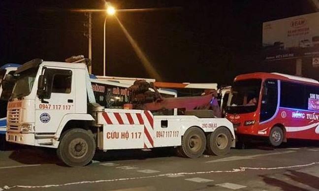 Cảnh sát dùng xe tải cẩu kéo xe khách phản đối phân luồng
