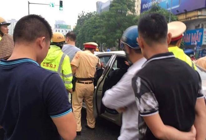 Cảnh sát truy đuổi, bắt giữ tài xế Nguyễn Hữu Đạt trên phố.