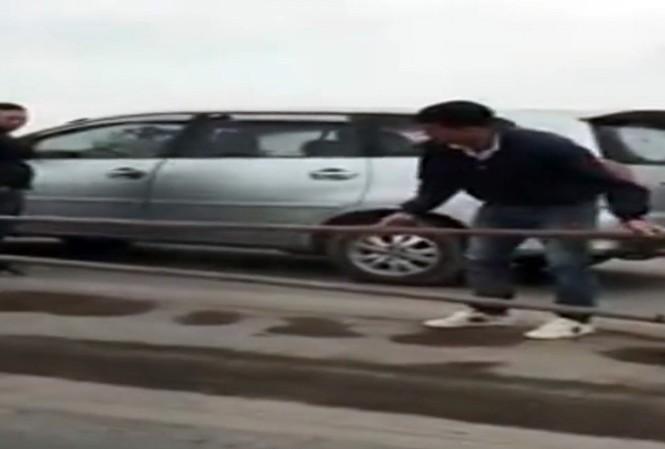 Hình ảnh tài xế tháo dỡ rào chắn trên cầu Thanh Trì trưa 15/12. Ảnh: Cắt từ clip