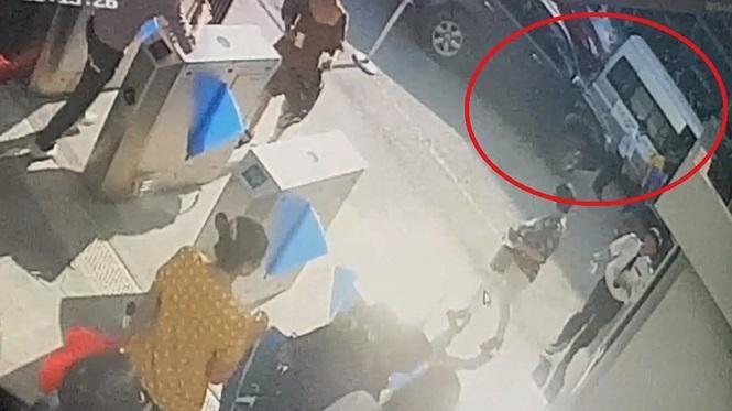 Thời điểm phát hiện bé Long trong ô tô chiều 6/8/2019.