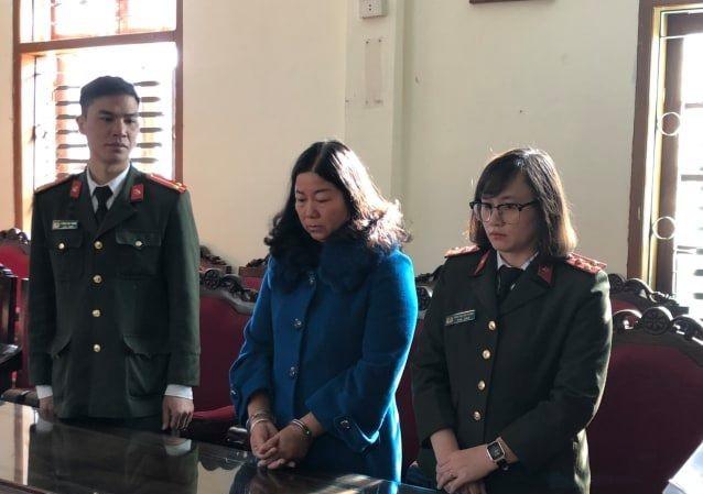 """Bị can Cầm Thị Bun Sọn (giữa ảnh) bị khởi tố bổ sung tội """"Nhận hối lộ""""."""